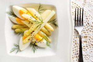 <写真ボイルしたホワイトアスパラガスとゆで卵>
